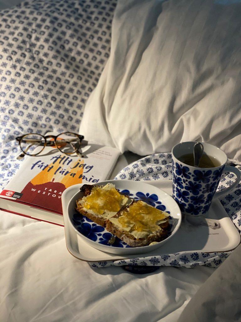 Frukostbricka i sangen med servis Mon Amie. Bok Allt jag fatt lara mig av Tara Westover