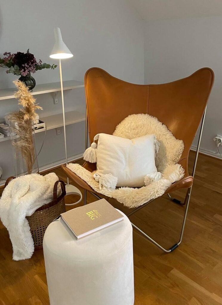 Decotique Fåtölj Design HM Home Rotting Korg Inredning  AJ Lamp  Arne Jacobsen Louis Poulsen Bookbinders Design Pampasgräs